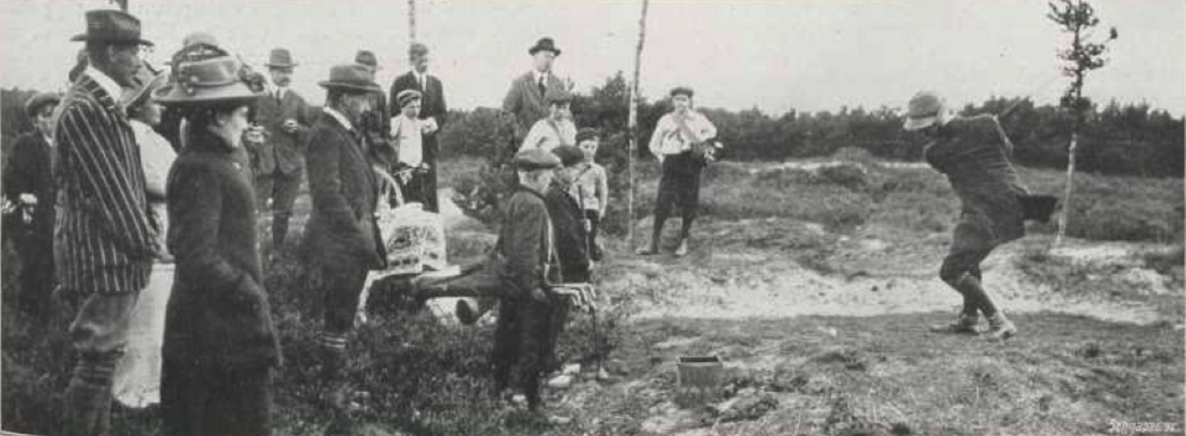 B. van der Mersch slaat naar green 1 op de Doornsche - 1912
