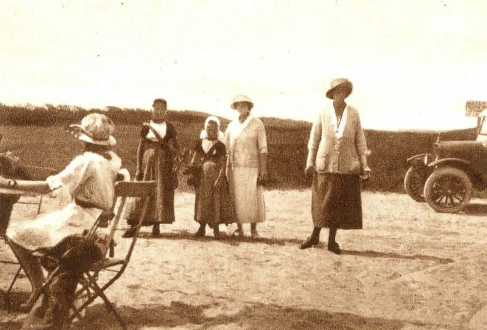 Mej. Wichers Wierdsma en mej. B. van Tienhoven - 1923